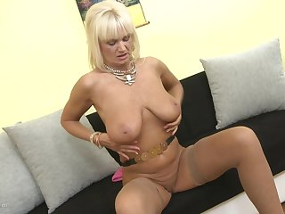 Blonde Euro granny Roxanna C. uses a dildo nigh please themselves